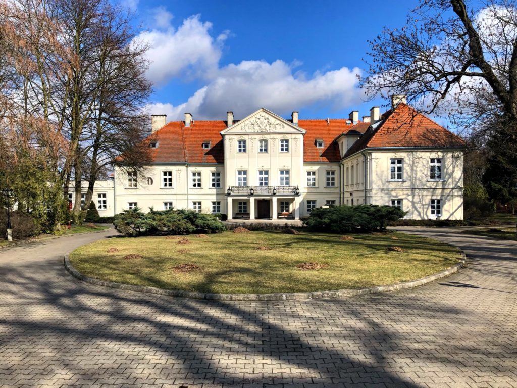 Pałac w Lesznie to przykład pięknej architektury, którą spotkasz w okolicznych miastach Kampinosu. Na tych terenach znajdziesz wiele historycznych i współczesnych nieruchomości wartych zatrzymania się na moment.
